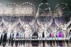 Verscheidene rijen ontruimen, maken glazen voor wijn en champagne op teller schoon die op dranken wordt voorbereid stock foto's