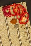 Verscheidene rijpe erwten van de Spaanse pepers zoete en hete en peper op een napk Stock Afbeeldingen