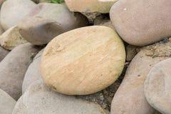 Verscheidene ronde mooie vlotte stenen op de kust stock fotografie
