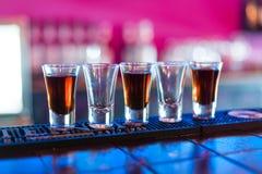 Verscheidene schoten van verschillende dranken bij een partij in een nachtclub stock fotografie