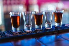 Verscheidene schoten van verschillende dranken bij een partij in een nachtclub royalty-vrije stock foto