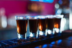 Verscheidene schoten van verschillende dranken bij een partij in een nachtclub stock foto's