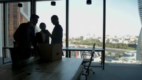 Verscheidene silhouetten van aantrekkelijk knap zakenlui op elkaar inwerkend commercieel centrum stock video