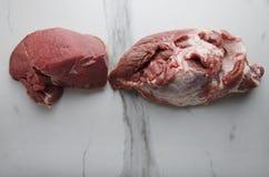 Verscheidene soorten vers vlees op marmeren lijst royalty-vrije stock afbeeldingen