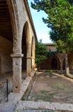 Verscheidene steenbogen die in de afstand in de binnenplaats van een oud kasteel achteruitgaan Stock Afbeelding