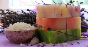 Verscheidene stukken met de hand gemaakte zeep met lavendel en grote kristallen van overzees zout stock foto