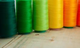 Verscheidene van gekleurde spoelen van draad voor het naaien en borduurwerk stock afbeelding