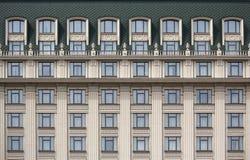 Verscheidene vensters op een rij op de voorgevel van het gebouw Royalty-vrije Stock Foto