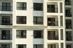 Verscheidene vensters op een rij op voorgevel van stedelijk flatgebouw vooraanzicht in Hanoi, Vietnam Royalty-vrije Stock Afbeelding