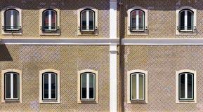 Verscheidene vensters van een typisch huis in Portugal royalty-vrije stock afbeelding