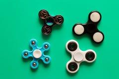 Verscheidene verschillend friemelt spinners Geïsoleerd op blauwe achtergrond royalty-vrije stock foto