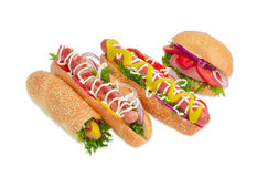 Verscheidene verschillende hotdog met frankfurterworst en groenten stock foto