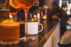 Verscheidene verschillende smoothies in glazen van verschillende vormen op de bar royalty-vrije stock foto's