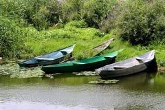 Verscheidene vissersboten op de kust Stock Afbeeldingen