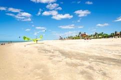 Verscheidene vlieger die op de lucht in Cumbuco surfen stock afbeelding