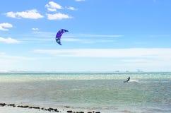 Verscheidene vlieger die op de lucht in Cumbuco surfen Royalty-vrije Stock Foto