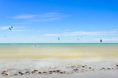 Verscheidene vlieger die op de lucht in Cumbuco surfen Stock Afbeeldingen