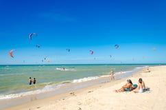 Verscheidene vlieger die op de lucht in Cumbuco surfen Royalty-vrije Stock Fotografie