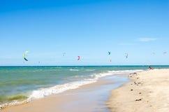 Verscheidene vlieger die op de lucht in Cumbuco surfen Royalty-vrije Stock Afbeeldingen