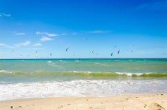Verscheidene vlieger die op de lucht in Cumbuco surfen Stock Fotografie