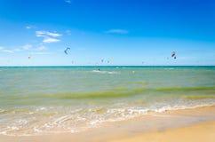 Verscheidene vlieger die op de lucht in Cumbuco surfen Royalty-vrije Stock Foto's