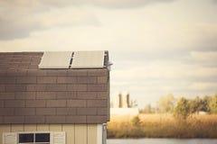 Verscheidene zonnepanelen op het dak van klein bijgebouw stock afbeeldingen