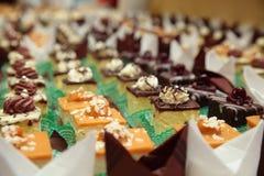 Verscheidenheden van cakesdesserts die snoepjes richten zich Royalty-vrije Stock Afbeeldingen