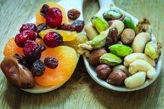 Verscheidenheden van droge vruchten en noten op houten lepels Royalty-vrije Stock Foto's