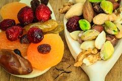 Verscheidenheden van droge vruchten en noten op houten lepels Royalty-vrije Stock Foto