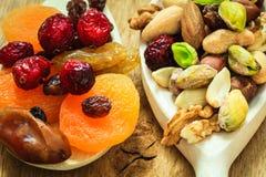 Verscheidenheden van droge vruchten en noten op houten lepels Royalty-vrije Stock Afbeeldingen