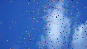 Verscheidenheid colorfull baloons in scky met wolken en zon stock video