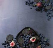Verscheidenheid van bessen en fig. met zwarte crackers Royalty-vrije Stock Afbeelding