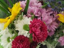 Verscheidenheid van boeketbloemen met kleurrijke bloemblaadjes Stock Foto