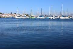 Verscheidenheid van boten in blauwe oceaan of baai stock afbeeldingen