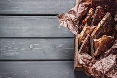 Verscheidenheid van chocoladerepen in houten doos stock foto's
