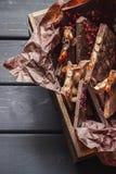 Verscheidenheid van chocoladerepen in houten doos royalty-vrije stock fotografie