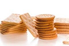 Verscheidenheid van crackers die op wit wordt geïsoleerd Stock Foto
