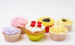 Verscheidenheid van cupcakes met decoratieve technieken Stock Afbeelding
