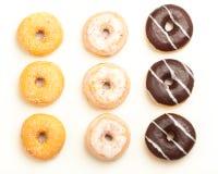 Verscheidenheid van donuts, hoge hoekmening van hierboven royalty-vrije stock afbeeldingen