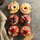 Verscheidenheid van donuts op een koelrek royalty-vrije stock afbeelding