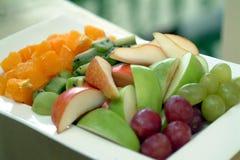 Verscheidenheid van fruit op een plaat Stock Fotografie