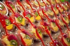 Verscheidenheid van fruitsalade in de markt van La Boqueria Stock Fotografie