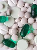 verscheidenheid van geneesmiddelen in capsules en tabletten, achtergrond en textuur royalty-vrije stock afbeelding