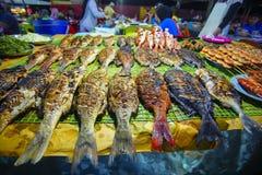 Verscheidenheid van geroosterde zeevruchten in Kota Kinabalu-nachtmarkt in Kota Kinabalu, Sabah Borneo, Maleisië stock afbeeldingen
