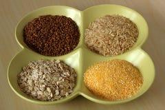 Verscheidenheid van gezonde korrels en zaden in kom: boekweit, havermeel, stock foto