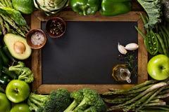 Verscheidenheid van groene groenten en vruchten Stock Afbeeldingen