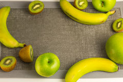 Verscheidenheid van groene vruchten met lege grijze stof De mening vanaf de bovenkant Stock Foto