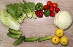 Verscheidenheid van groenten op een houten geïllustreerde raadsachtergrond en een mooie spar, royalty-vrije stock fotografie