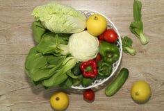 Verscheidenheid van groenten op een houten geïllustreerde raadsachtergrond en een mooie spar, stock afbeeldingen