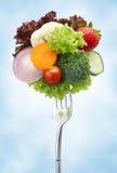 Verscheidenheid van groenten op vork stock fotografie